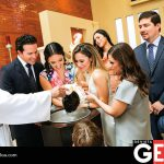 La pequeñita al momento de recibir el primer sacramento junto a sus padrinos y papás