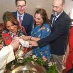 Gloria María González López De Cima recibe su primer sacramento