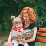 Te explicamos los beneficios de leerle en voz alta a los niños, dónde hacerlo y qué tipo de lectura es la ideal para ellos.